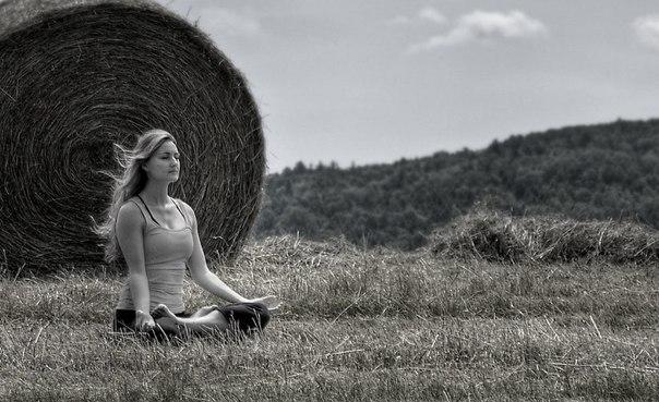 Одиночество и самодостаточность Одиночество – это состояние, когда ты болен собой, устал от себя, надоел сам себе, и ты хочешь куда-то пойти и забыться в ком-то другом. Самодостаточность – это когда тебя пробирает восхитительная дрожь от твоей сущности. Ты счастлив быть самим собой. Тебе никуда не нужно идти. Ты самодостаточен. Но теперь, новое появляется в твоей сущности. Ты так наполнен, что уже не вмещаешь всё это. Тебе нужно поделиться, тебе нужно это отдать. И кто бы ни принял этот…
