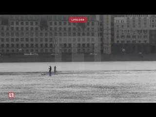 Экстремалы на досках с вёслами проплыли по оттаявшей Неве