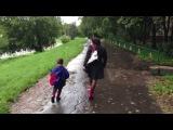 Мать избивает мальчика на улице в Москве