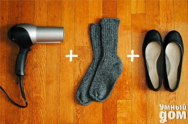 Как растянуть туфли, которые вам жмут за 2 минуты??? Мои новые туфли немного давили в пальцах и я попробовала растянуть их с помощью одного трюка, о котором мне рассказала подруга. И что бы вы думали, она сработал! Наденьте шерстяные носки и наденьте сверху туфли. Направьте теплый фен на место, которое вам жмет и медленно двигайте и поворачивайте ногу в туфлях, слегка разминая их. Оставьте туфли надетыми на ноге, пока они охлаждаются. Снимите носки и проверьте ваши туфли. Они должны…