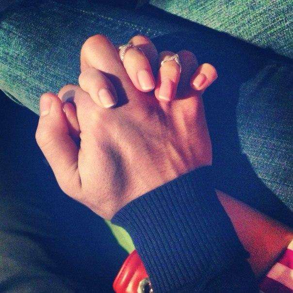 Рукой делает парню онлайн