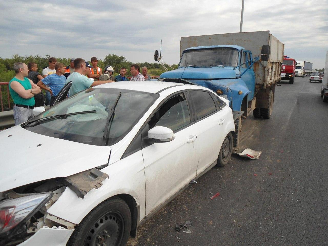 На трассе в Ростовской области «ГАЗ-53» собрал «паровоз» из шести машин