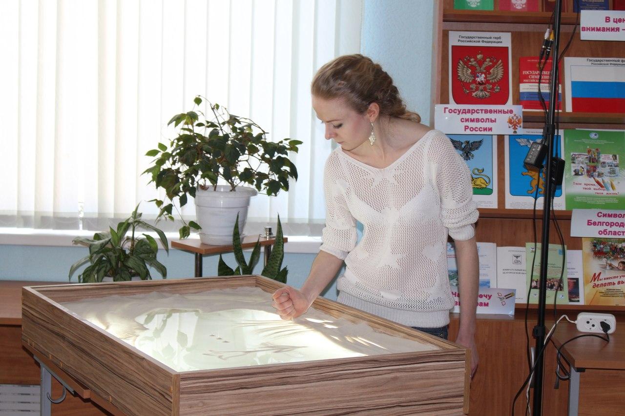 Ольга Лисицкая работает на столе Sand Drive