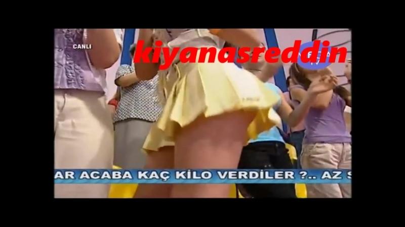 Türk şarkıcı Yelda Başaran canlı yayında beyaz kilotunu gösterip frikik veriyor