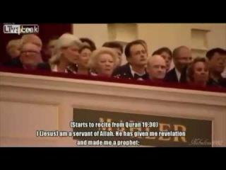 Мусульманин призывает королеву Нидерландов принять Ислам (озвучка) Мусульманин призывает королеву Нидерландов и всех, кто присутствует в зале, принять Ислам.  Призыв королевы Нидерландов к Исламу.  Извините меня. Я знаю, что это не подходящий момент. Но я