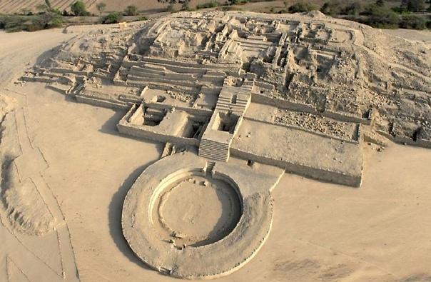Город Карал - Перу. Более столетия назад американские археологи обнаружили в Перу, неподалеку от Лимы, несколько фрагментов домашней утвари из керамики, которым оказалось не менее 4 тысяч лет.