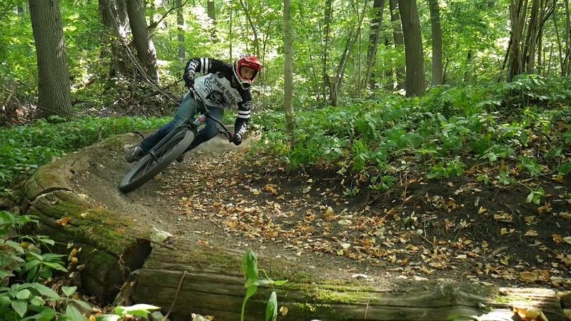 Езда на велосипеде с прыжками и потехой.