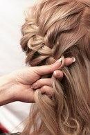 Из части оставшихся от колосков волос заплетаем единую косичку.  Шаг 3. Плетение косички.
