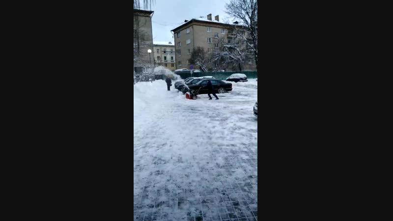 Снегоубрщик MTD в работе во дворах Могилева