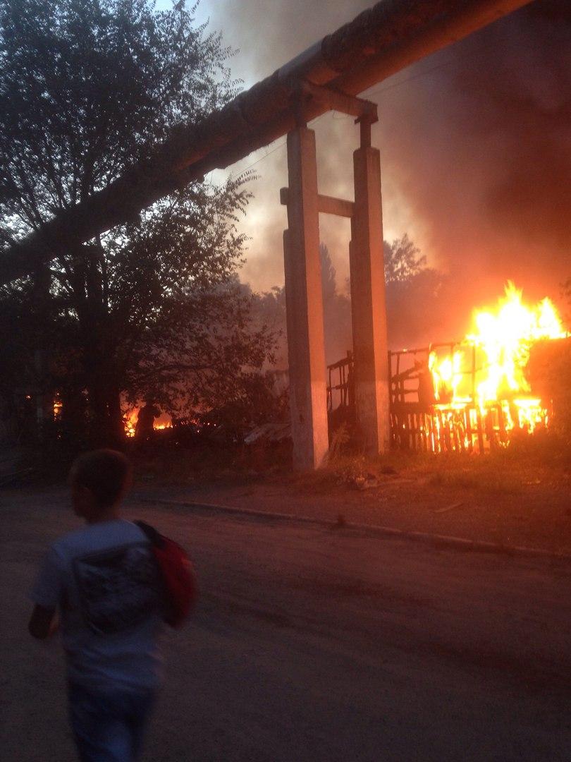 Крупный пожар в Таганроге привлек внимание многих жителей из разных районов города