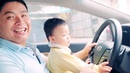ZIN theo bố mẹ tập lái ô tôZIN followed his parents to practice driving cars