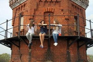 Фото девушка на крыше дома спиной
