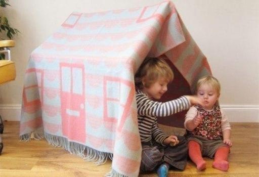 В детстве квартирный вопрос решался легко: два стула, две подушки, покрывало — и дом готов!