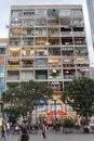 Это вьетнамское здание в центре города. Почти в каждой квартире находится кафе или ресторан.