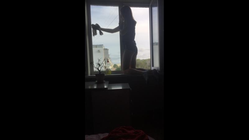 лора моет окна
