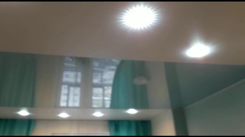 Натяжной потолок со спайкой цветов (белый сатиновый бирюзовый глянцевый)