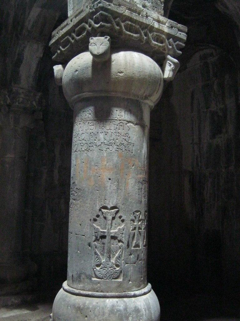 Рельефные изображения в монастыре Санаин