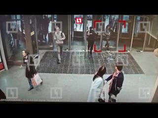 Пробила головой дверь в питерское метро