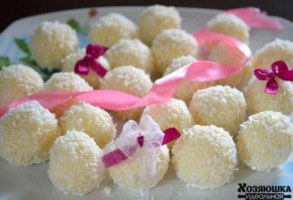 """Самый простой рецепт """"Рафаэлло"""" 😃 ✔Ингредиенты: 🔹1 б сгущенного молока 🔹240 г кокосовой стружки (6 пакетиков по 40г) 🔹120 г сливочного масла 🔹2 ст.л. сахарной пудры по желанию 🔹Ванилин на кончике ножа по желанию 🔹1 стакан орехов кешью ✔Приготовление: Сливочное масло для приготовления конфет нужно брать только лучшего качества (лучше домашнее). Оно должно быть комнатной температуры. Кокосовую стружку у нас в магазине продают по 40 г, так что берем 200 г стружки (или 5 пакетов) и…"""