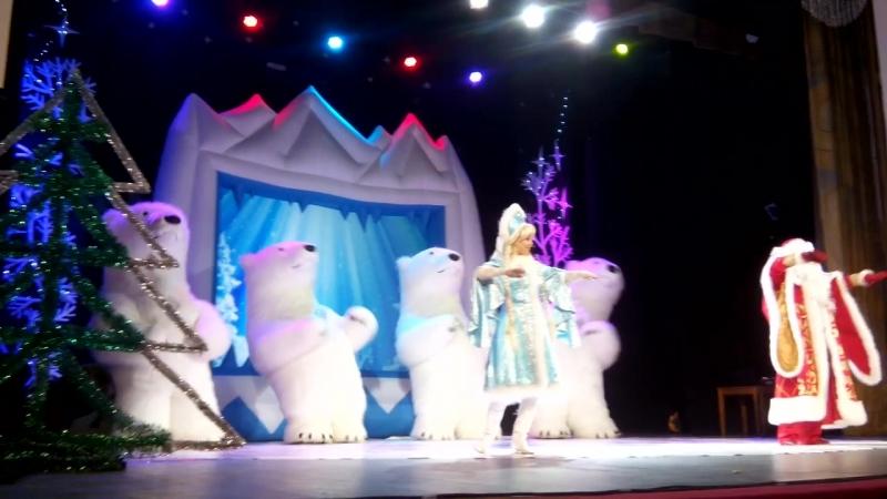 Танцующие гигантские белые медведи