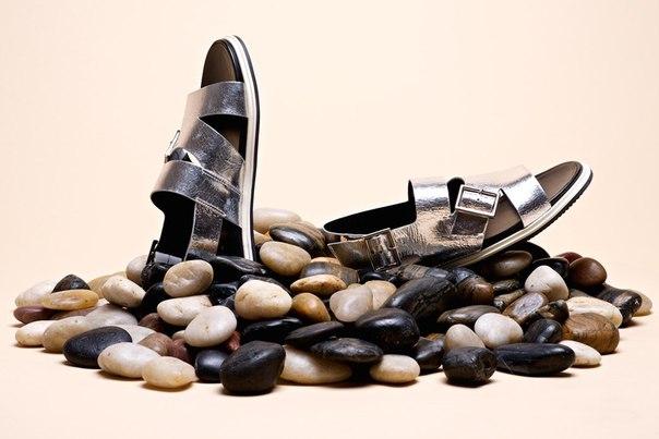 Мода диктует носить наступающим летом ортопедические сандалии «биркенштоки». Мы нашли несколько городских версий на их тему, которые не стыдно надеть с платьем в пол или брючным костюмом