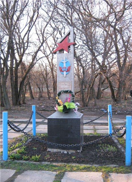Таганрогские полицейские отремонтируют памятник погибшим при обороне города милиционерам