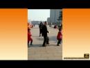 Дед танцует с внучками ))
