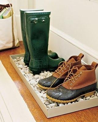 Каменный коврик для мокрых ботинок.
