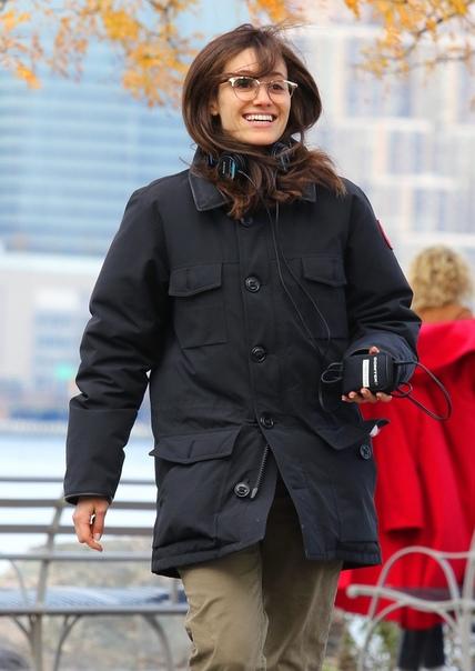 Эмми Россум на съемках фильма «Современная любовь» Кристен Белл на съемках сериала «Вероника Марс»Дакота Фаннинг на съемках фильма «Sweetness in the