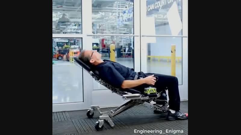Удобное кресло подъемник в мастерскую