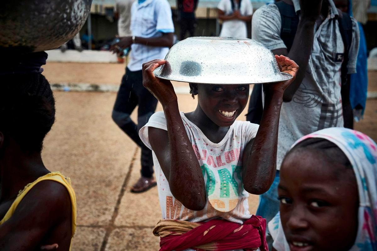 Зато я не промокну: Юная африканская красавица под импровизированным зонтом