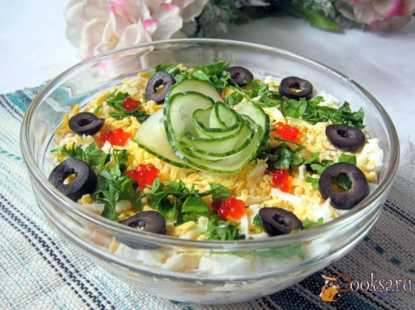 Вкусный и сытный рыбный салат, который можно приготовить на ужин, а можно включить в праздничное меню.