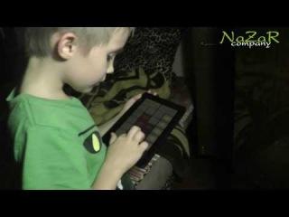 Ребенок играет на планшете: музыкальный диджей (программа DubStep Mak.)