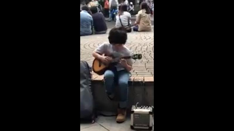 Мальчишка талантливо и эмоционально играет на укулеле