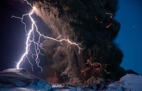 Гроза во время извержения вулкана