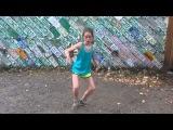 Девочка 11 лет прикольно танцует