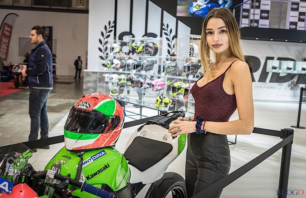 Девушки на выставке EICMA 2018 в Милане. Часть 2 (фото)