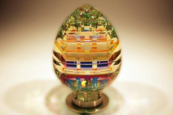 Волшебные стеклянные скульптуры Джека Стормса Удивительные скульптуры из дихроического стекла создает художник из Лос-Анджелеса Джек Стормс (Jac Storms). Переливаясь всеми цветами радуги, его