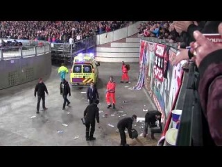 Фанат Аякса, святкуючи гол у ворота Барселони впав з 10 метрової висоти. Святкуйте сьогоднішні голи Шахтаря обережніше!