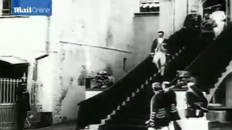 Царь Николай II и царская семья покидают дом в России