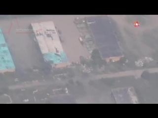 ВСУ согнали к жилым домам у линии соприкосновения большое количество бронетехники- эксклюзивные кадры