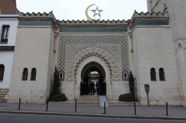 Как помогал имам евреям во время Второй мировой войны. Когда Франция была оккупирована войсками Третьего Рейха, Парижская соборная мечеть спасала евреев от преследования. Её имам организовал для