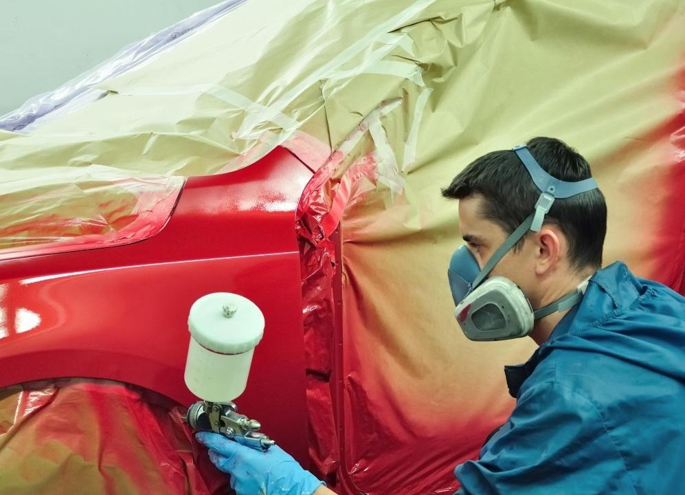Разбрызгивающие кабины обычно закрываются от остальной части цеха, чтобы частицы пыли не разрушали работу краски.
