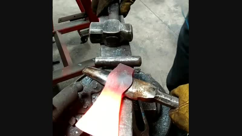Заключительный этап ковки топора