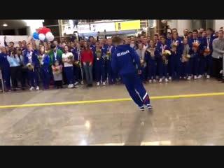Обладатель первой в истории золотой медали по breakdance Сергей Чернышов станцевал прямо на полу аэропорта