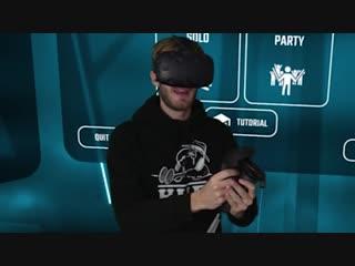 Пьюдипай играет в бит сэйбер в виртуальной реальности