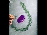 Под рукой художницы на воде распускается цветок.