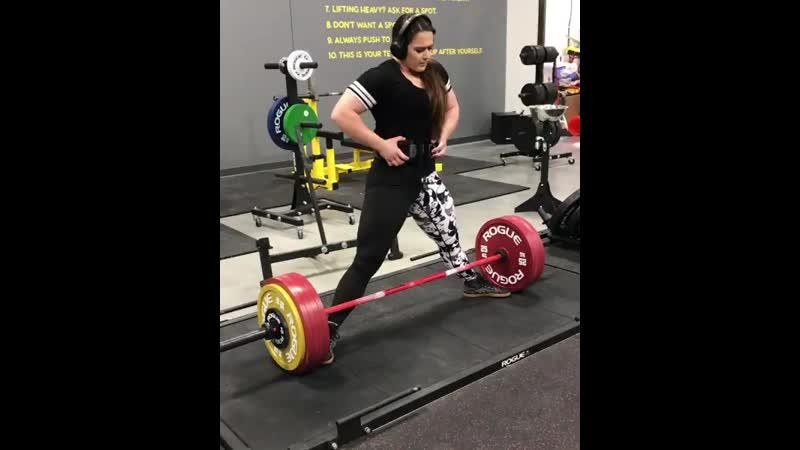 Аманда Лоуренс тянет 255 кг