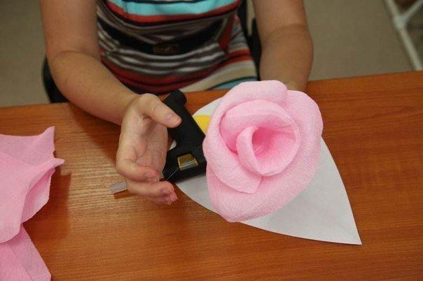 Большой цветок из гофрированной бумаги на пол своими руками 823