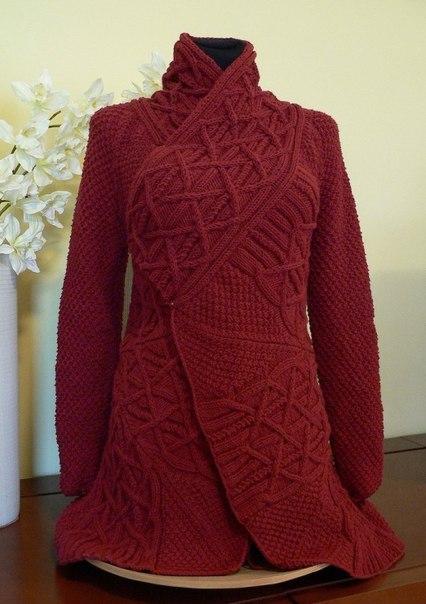 Красное пальто спицами с узором из кос